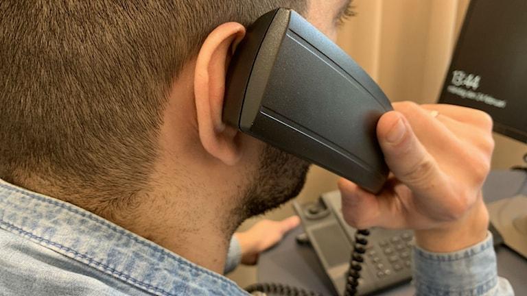 Aggressiv telefonföräljning av elavtal drabbar bland annat personer som talar dålig svenska. En av många som känner sig lurade av telefonförsäljare är 50-årige Abo Alfouz.