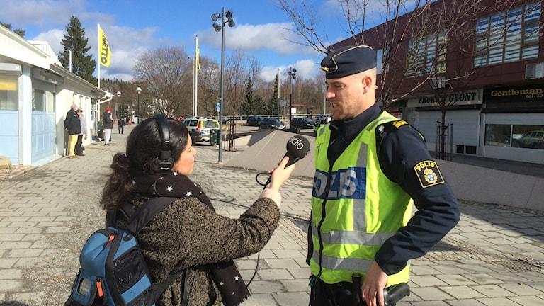 Reporter Melissa Gustafsson intervjuar yttre befäl vid boråspolisen, Per Gottchalk.