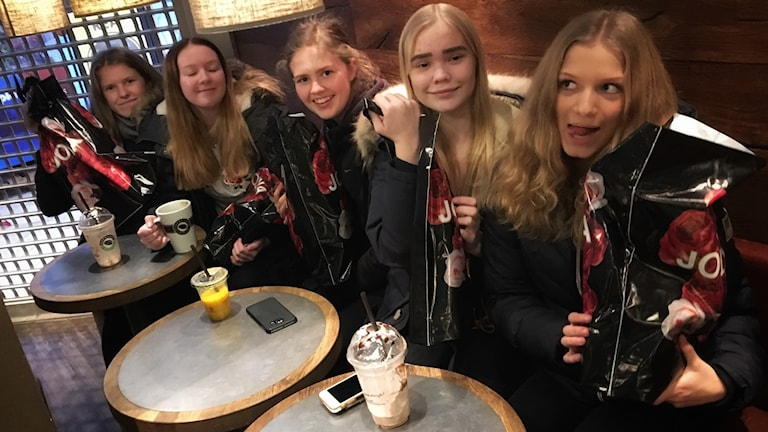 Fem tjejer med kassar som shoppat