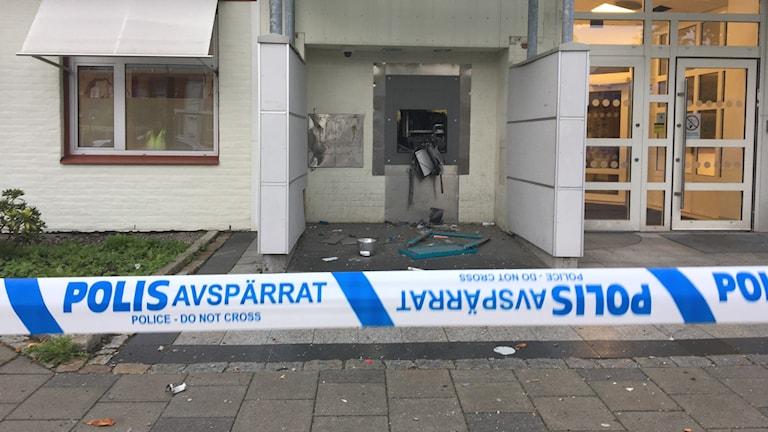 Polisen har spärrat av utanför bankomaten som är söndersprängd.