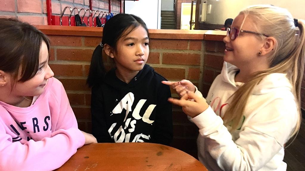 elever pratar och gör gester