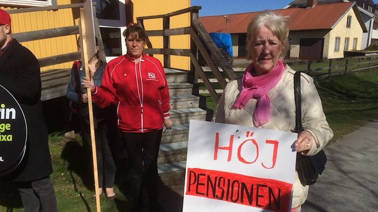 Birgitta Boo har ett plakat där det står höj pensionen nu.