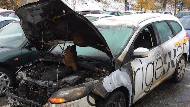 P4 Sjuhärads bil sattes i brand på en parkeringsplats i Borås.
