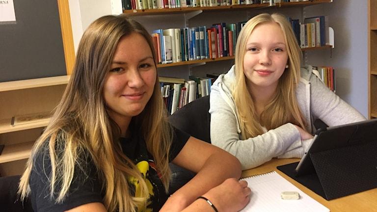 Malou Blom och Stina Gustafsson går i åttan på Engelbrektsskolan i Borås.