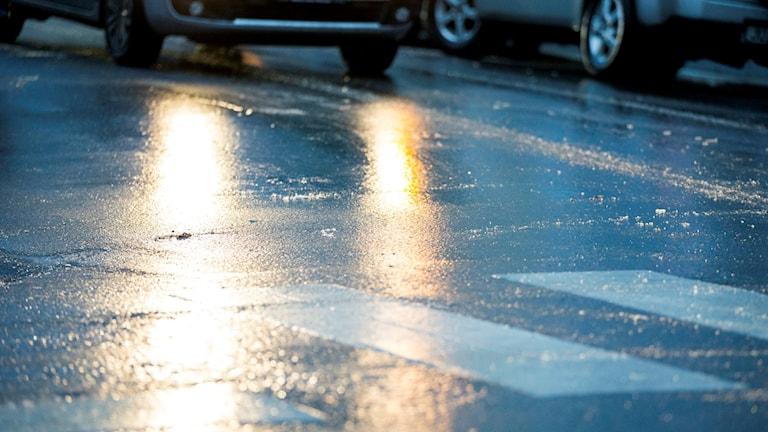 Regnvåta vägar frös under natten.