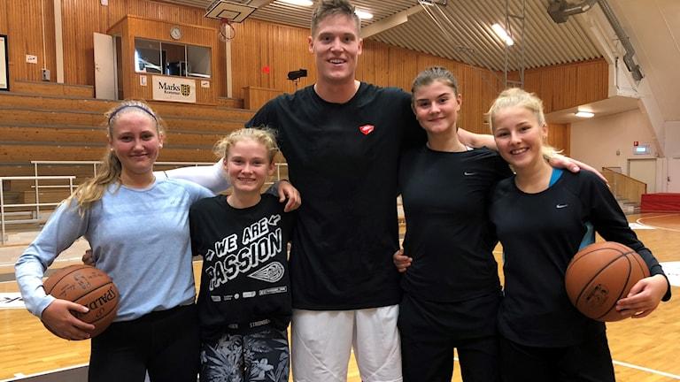 Basketspelare och fyra ungdomar
