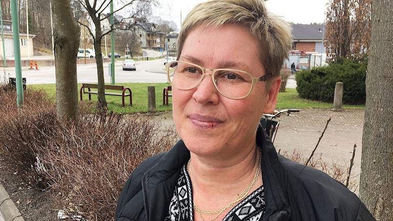 Marie Andersson har kortklippt cendréfärgat hår och bär glasögon.