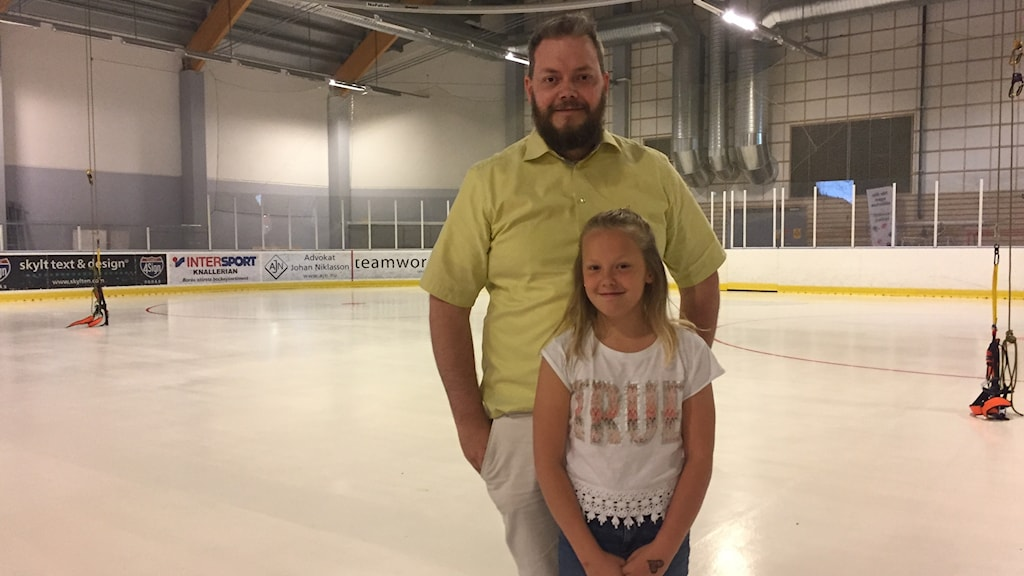 Jacob och Elita Landegren i ishallen i Borås.
