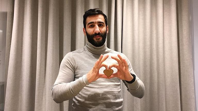 Mohammed Ali Khan gör handhjärta med en pepparkaka