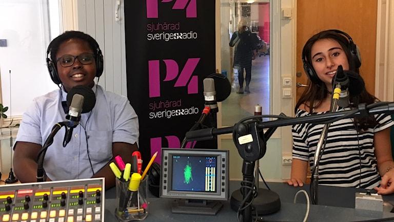 Benjamin Cummings och Helin Özalp i radiostudion.
