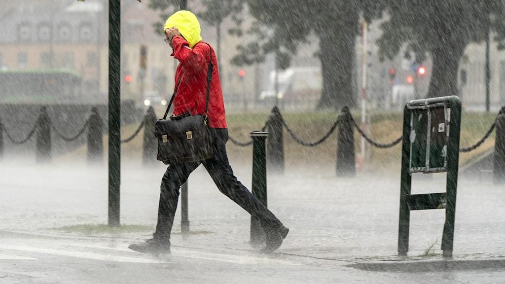 Person går i regn