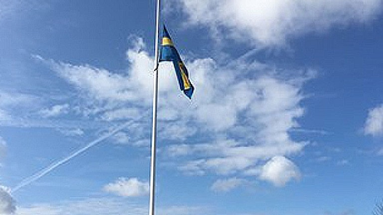 Svensk flagga på halv stång
