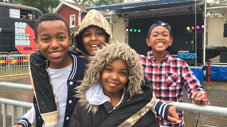 Unga och äldre möts utanför hiphoppbussen på Hässleholmen.