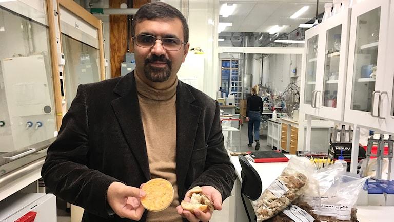 Mohammed Taherzadeh står i sitt labb
