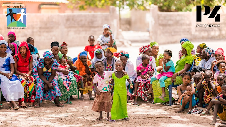 Stor samling barn i färgglada kläder.