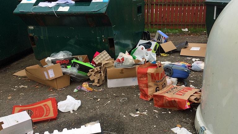 Skräp ligger på marken på en återvinningscentral i Borås