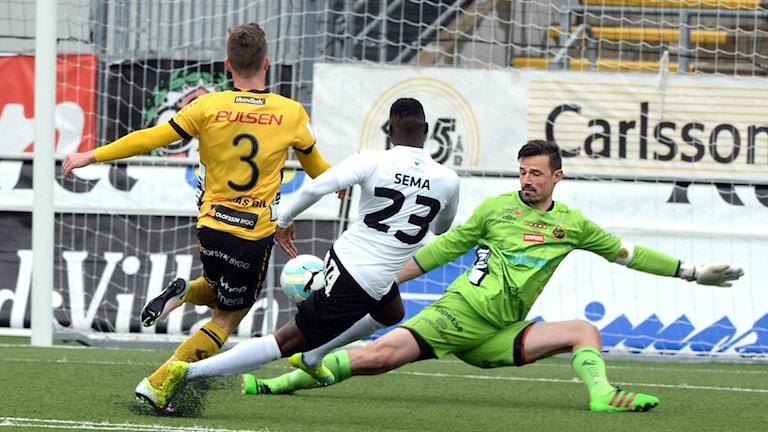 Elfsborgs Kevin Stuhr Ellegaard avvärjer ett friläge för Örebro i det senaste mötet lagen emellan.