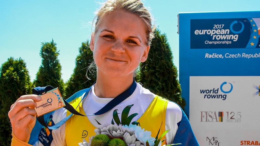 Emma Fredh med guldmedaljen runt halsen.