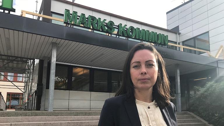 kvinna framför kommunhuset i mark