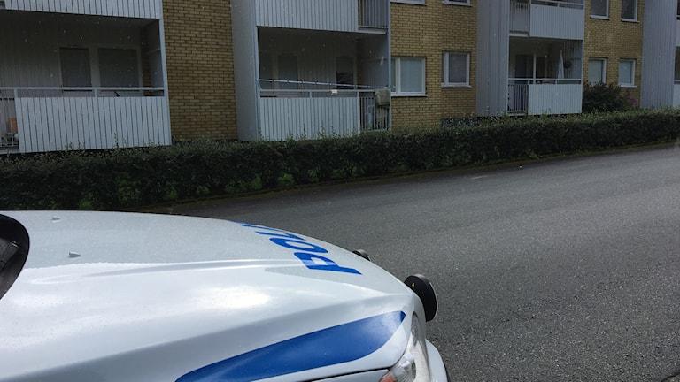 polisbil framför lägenhet i limmared