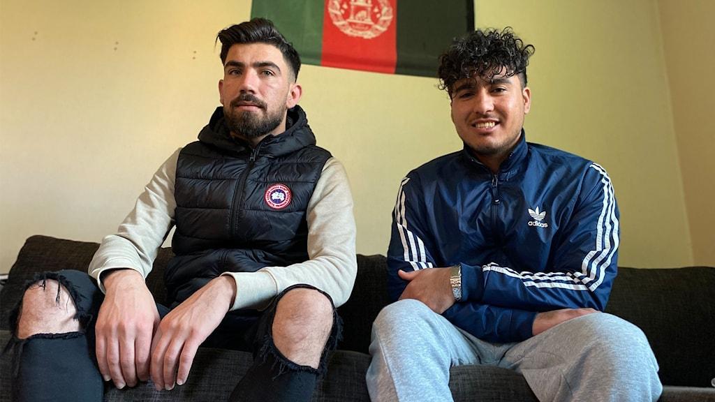 Två killar i soffa