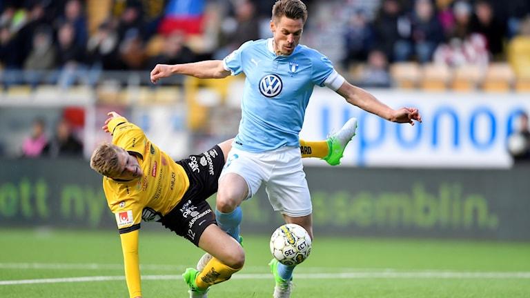 Elfsborgs Joakim Nilsson faller i kamp med Malmös Markus Rosenberg.
