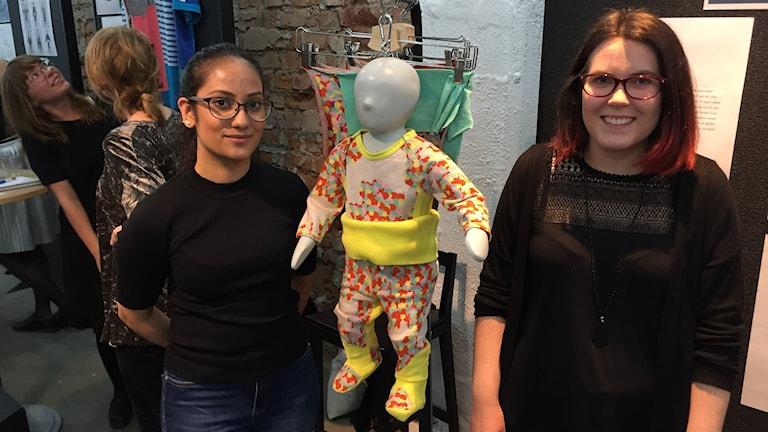 Från vänster: Linda Khan och Linnéa Örnevik Werner som visar upp sitt bidrag till fredagens utställning på Textile Fashion Center.