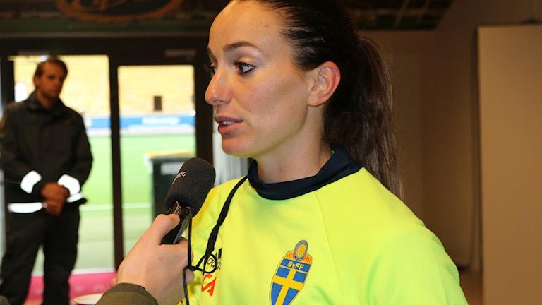 Fotbollsspelaren Kosovare Asllani intervjuas av Sveriges Radio.
