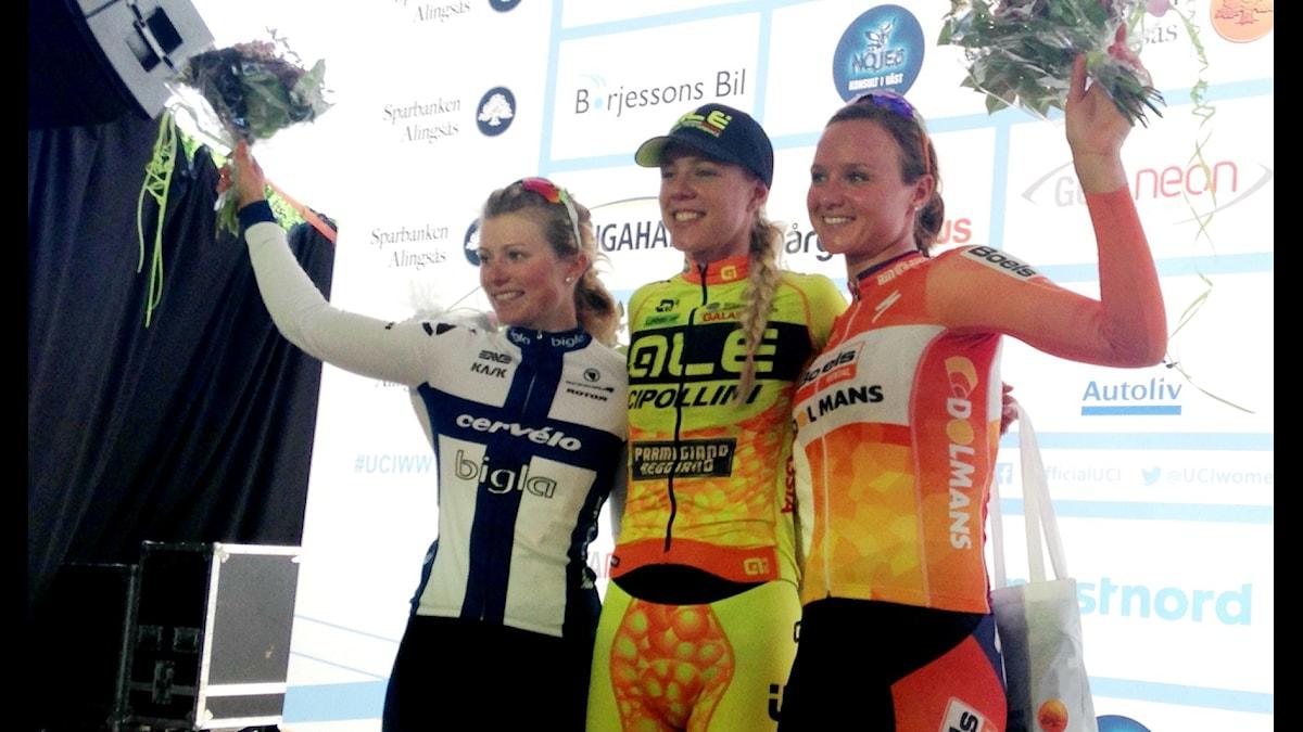 Emilia Fahlin, i mitten, på prispallen efter segern i Vårgårda. Foto: Staffan Kulneff