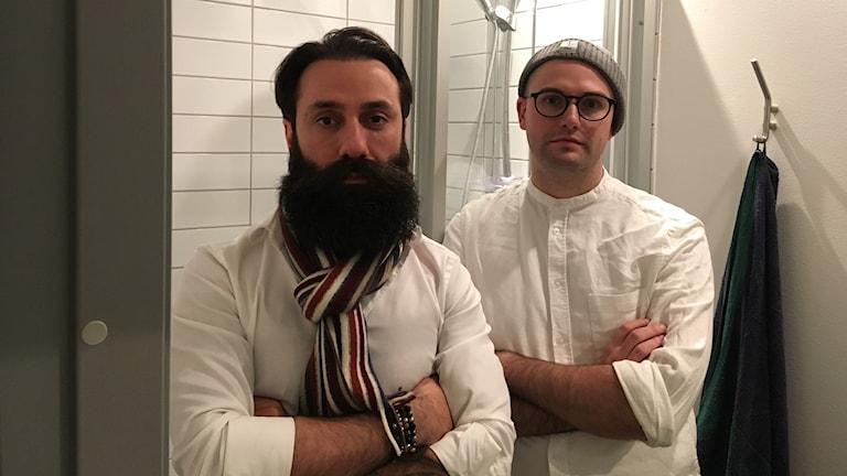 Iman Khalaf och Johan Lindell står i ett duschrum. Båda ser sig som feminister och vill lyfta debatten om jargongen i omklädningsrum.