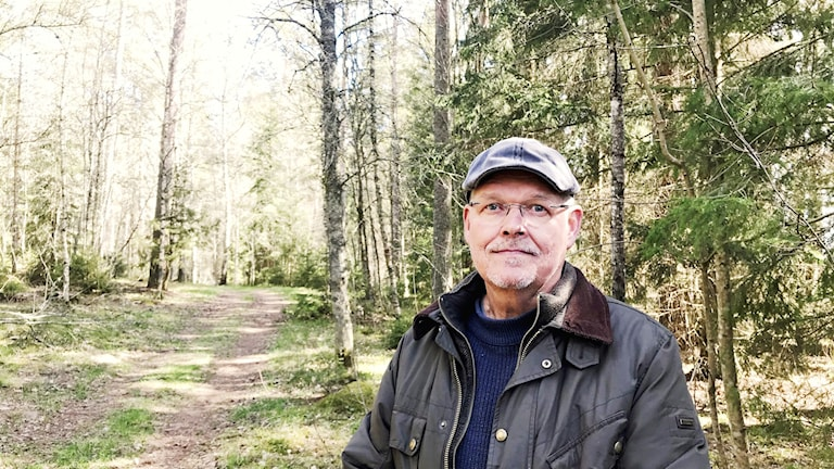 Kurt Brorsson står i skogen