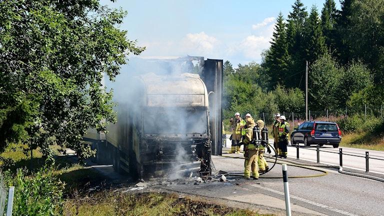 Räddningstjänsten fick under torsdagen släcka en fullt utvecklad lastbilsbrand på R40.