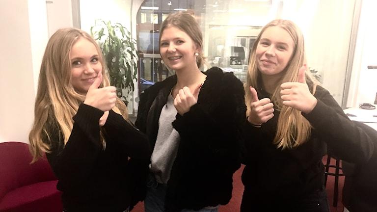 Elsa Viklund, Anja Hendén och Frida Johansson gör tummen upp i radiostudion