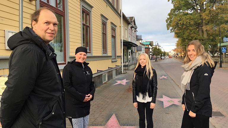 Carl-Olov Holmström, Jessica Pehrsson, Hanna Ström och Linnéa  Ström på Storgatan beströdd med inklippta stjärnor i beläggningen.