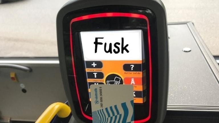 """Biljettautomat med ordet """"fusk"""" skrivet på displayen"""