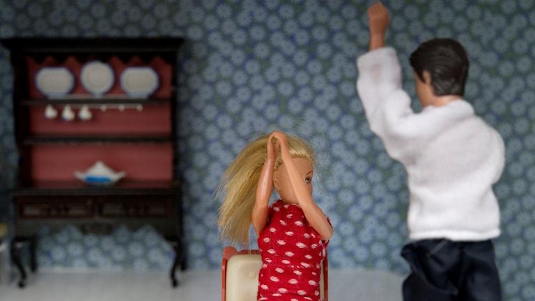 Kvinnomisshandel illustrerad med dockor.