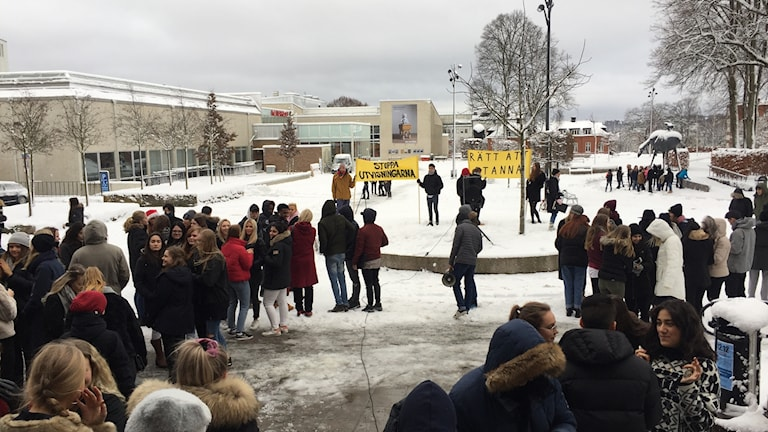 12/12 klockan 12 arrangerades demonstrationer på bland annat Bäckängsgymnasiet för att stödja utvisningshotade afghanska ungdomar.