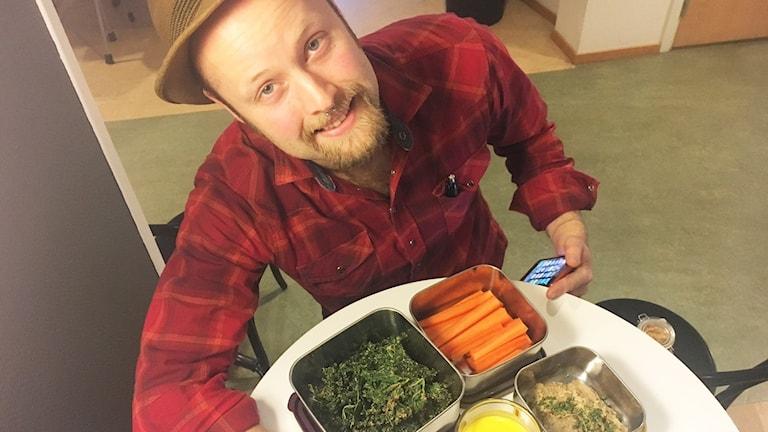 Viktor Ingemarsson med några rawfood-rätter.