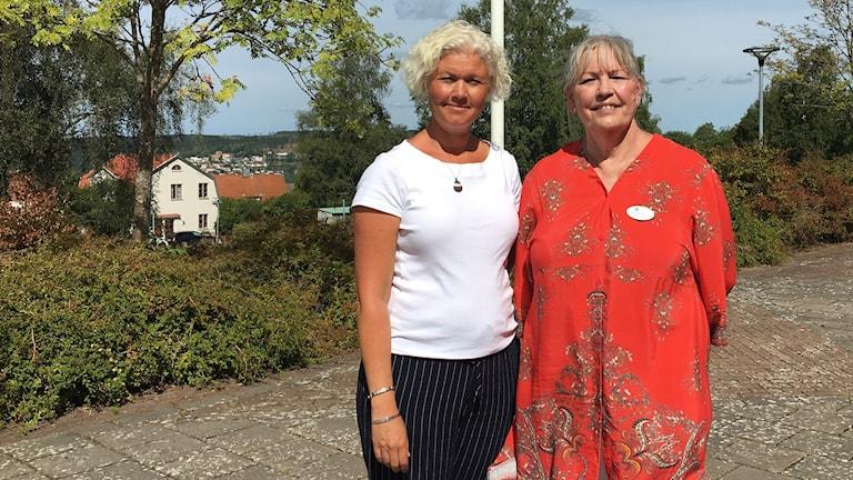 Kristin Kjellander, rektor och Eva Lee Sahlman, vård- och omsorgslärare vid Vuxenutbildningen i Ulricehamn står utanför Tingsholmsgymnasiet i Ulricehamn.