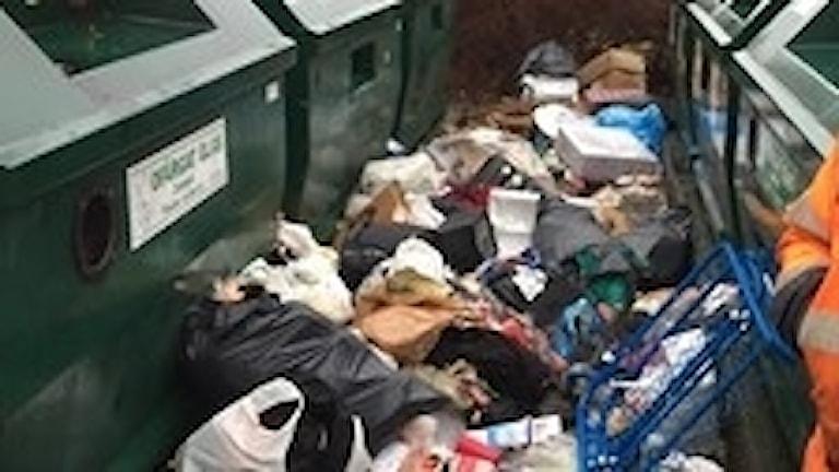 Återvinningsstation med massor av skräp