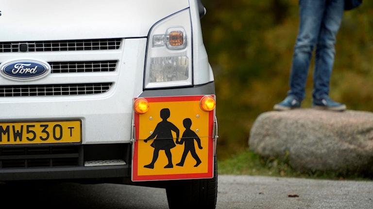 Buss med trafikmärke.