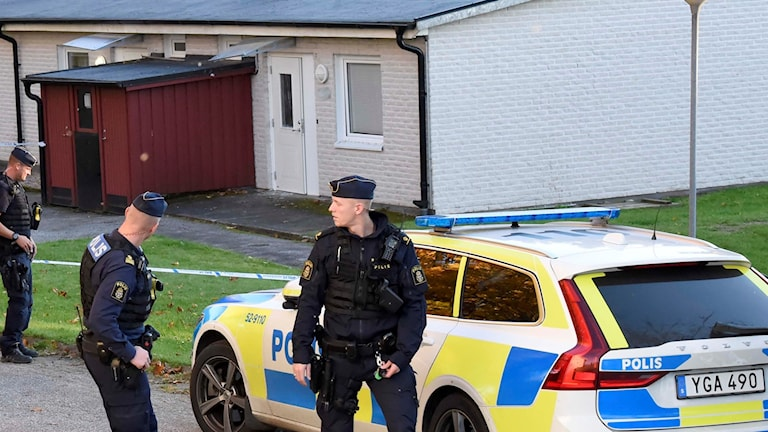 Poliser utanför avspärrningar.