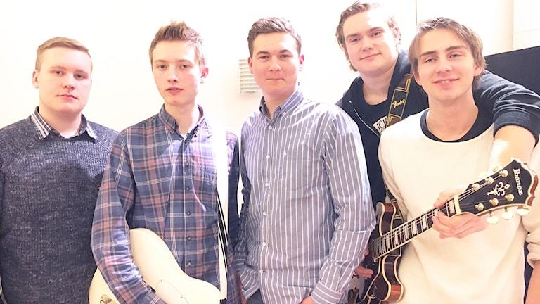 The Sound Seekers står tillsammans med gitarrer i P4 studion.