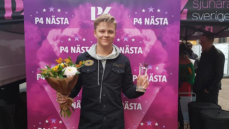 Hugo Andersson med bukett och pris.