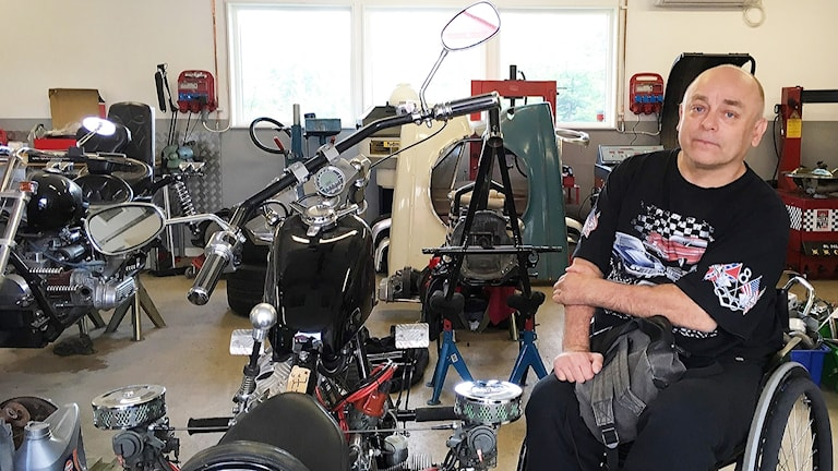 Patrik i sitt garage med motorcyklar
