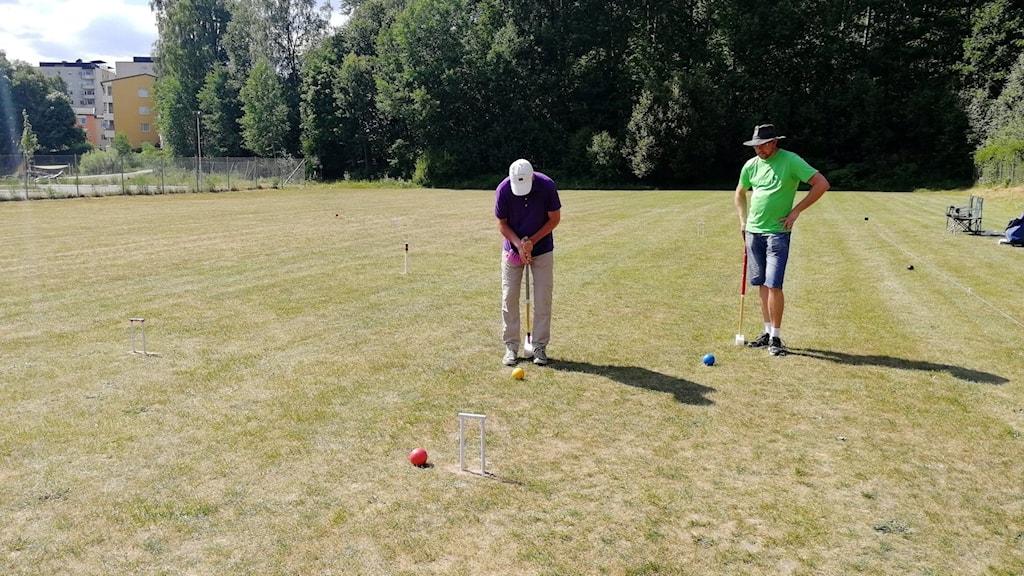 Peter Grönborg och Peter Särén spelar golfkrocket.