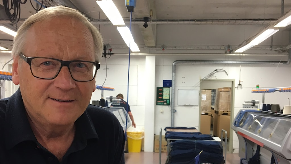 Göran Göthager står vid stickmaskinerna på Ivanhoe.