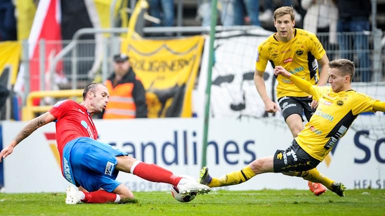 Helsingborgs Rade Prica (tv) i kamp om bollen med Elfsborgs Adam Lundqvist under senaste allsvenska fotbollsmatchen  mellan Helsingborgs IF och IF Elfsborg 2015.
