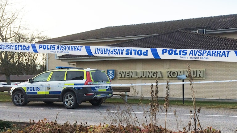 Svenljunga kommunhus spärrades av på grund av att en försändelse med vitt pulver mottagits.