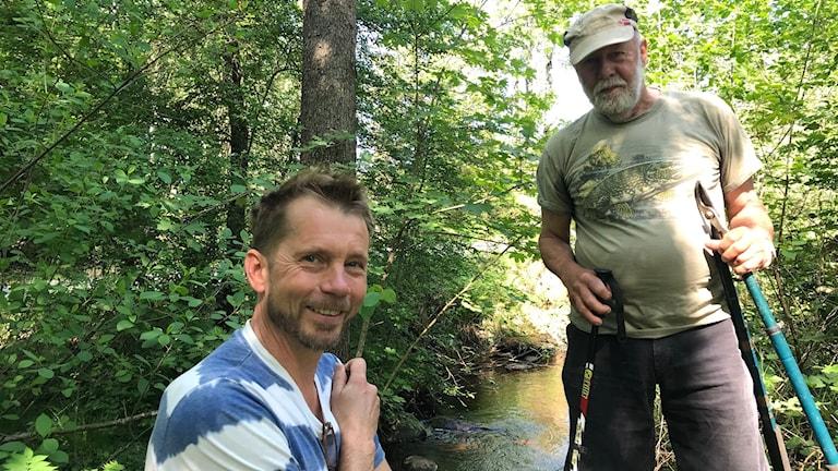 Dan Bertilsson och Bo Berglund står i en porlande bäck.